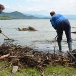 Vodohospodári odviezli zo Šíravy už 20 nákladných áut naplaveného odpadu