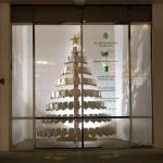 Vianočné priania vytvorené z minuloročných opustených vianočných stromčekov